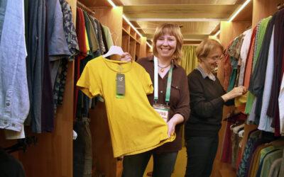 Verkauf von Fairer Kleidung in den Räumen von IMI